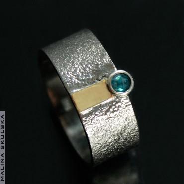 Obrączka z niebieskim brylantem - rutenowana