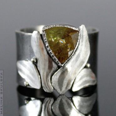 Rutenowany srebrny pierścionek ze sfenem