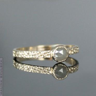 Złoty pierścionek z szarym diamentem