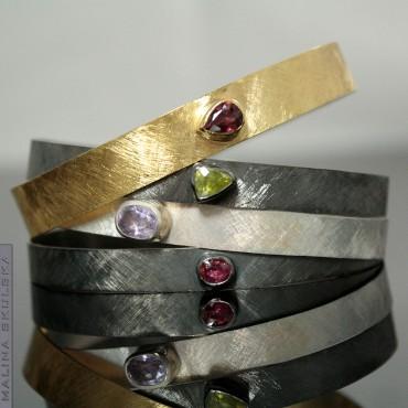 Zestaw czterech bransolet z kamieniami