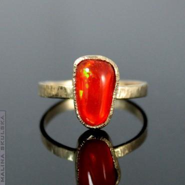 Złoty pierścionek z opalem ognistym