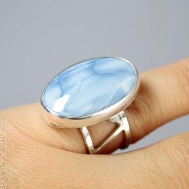 Niebieski opal na ażurowej obrączce