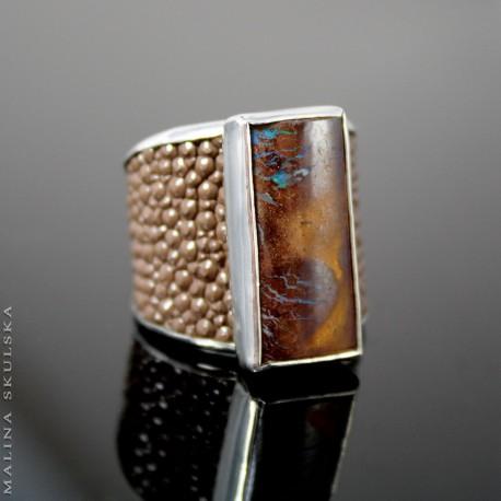 Pierścień z opalem australijskim i brązową  skórą płaszczki