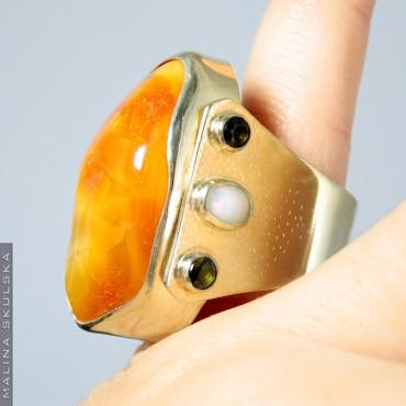 Srebrny pozłacany pierścień z bursztynem i kamieniami