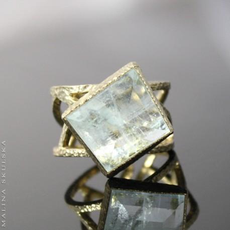 Ażurowy geometryczny z okazem akwamarynu
