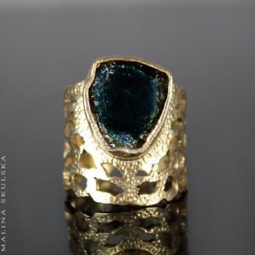 Ażurowy pierścień z dwukolorowym turmalinem