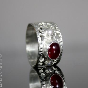 Ażurowy pierścionek z rubinem i perłami