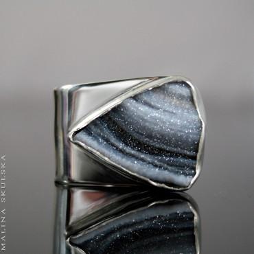 Asymetryczny pierścionek z różą chalcedonową