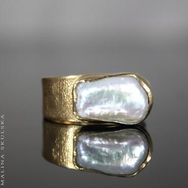 Asymetryczny złocony pierścionek z perłą