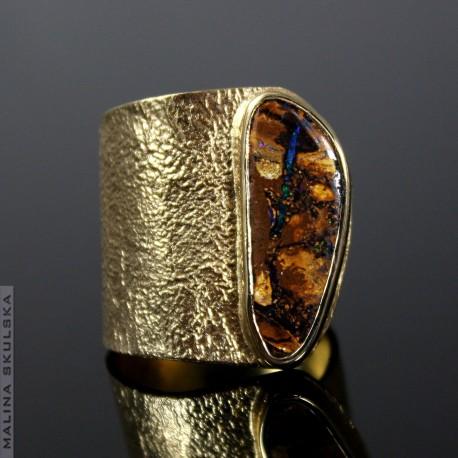 Asymetryczny pozłacany z opalem australijskim