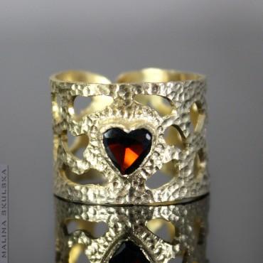 Ażurowy pozłacany pierścionek z sercem z granatu