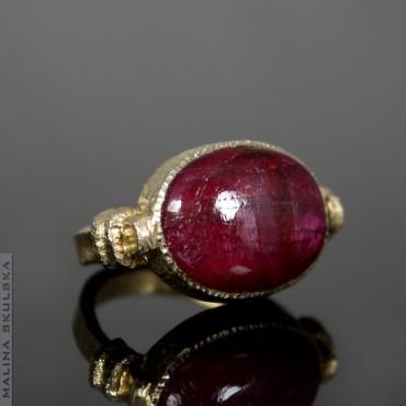Antyczny pozłacany pierścionek z rubinem