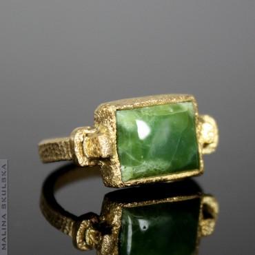 Antyczny pozłacany pierścionek z zielonym opalem