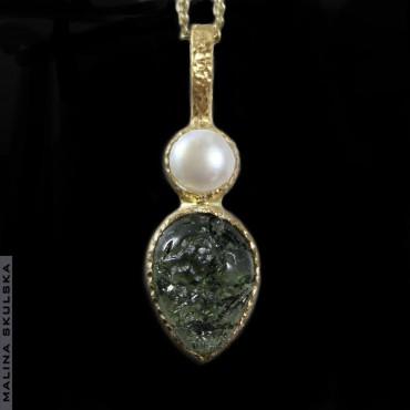 Mołdawit z perłą - pozłacany wisiorek