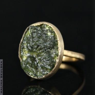 Pozłacany pierścionek z surowym mołdawitem