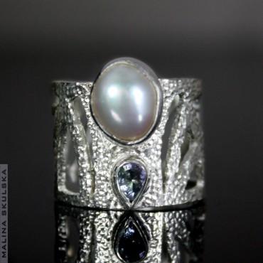 Ażurowy pierścień z tanzanitem i perłą