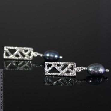 Ażurowe sztyfty z granatowymi perłami