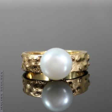 Nadtapiany złocony pierścionek z perłą